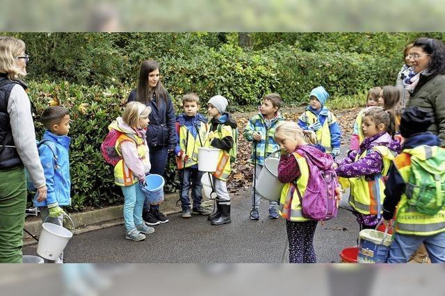 Grundschüler sammeln Müllein