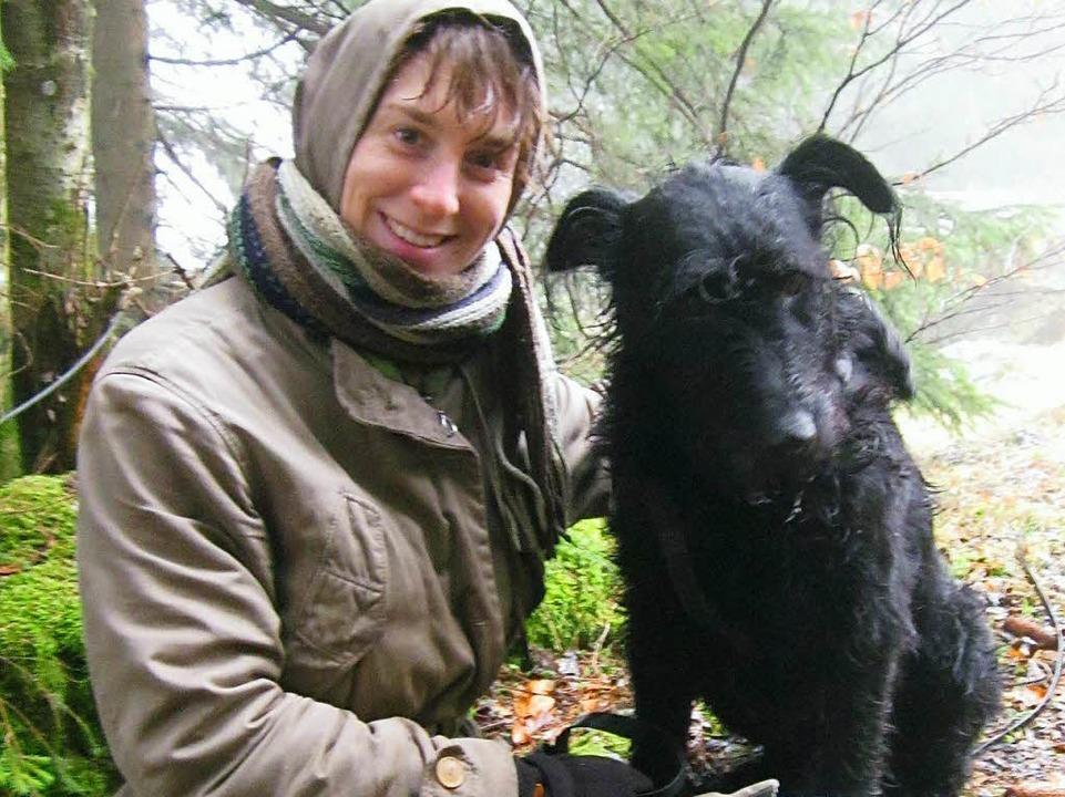 Uta Maria Jürgens mit ihrem Hund bei e...beim Abstieg vom Feldberg bei Todtnau.  | Foto: Privat