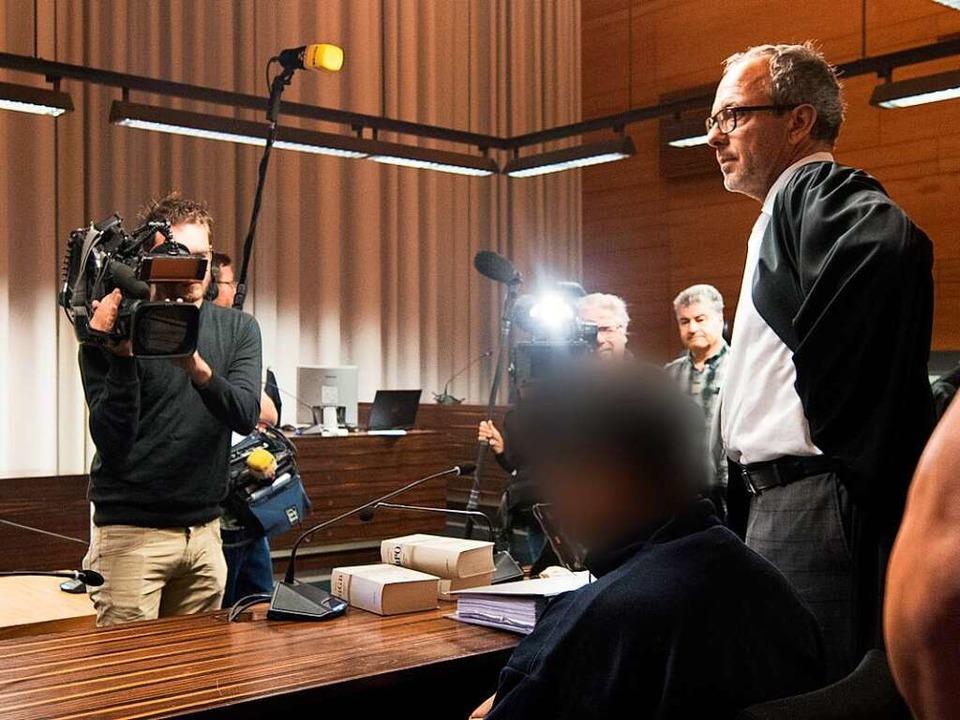 Hussein K. und sein Anwalt Sebastian Glathe (rechts) im Freiburger Landgericht  | Foto: dpa