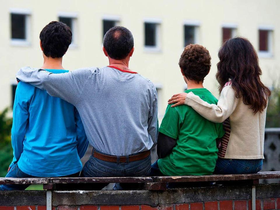 Gemeinsam durch dick und dünn: Syrisch...ie vor einer Unterkunft in Brandenburg  | Foto: dpa