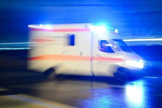 Krankenwagen weicht Rollerfahrer aus und fährt auf Schutzplanke