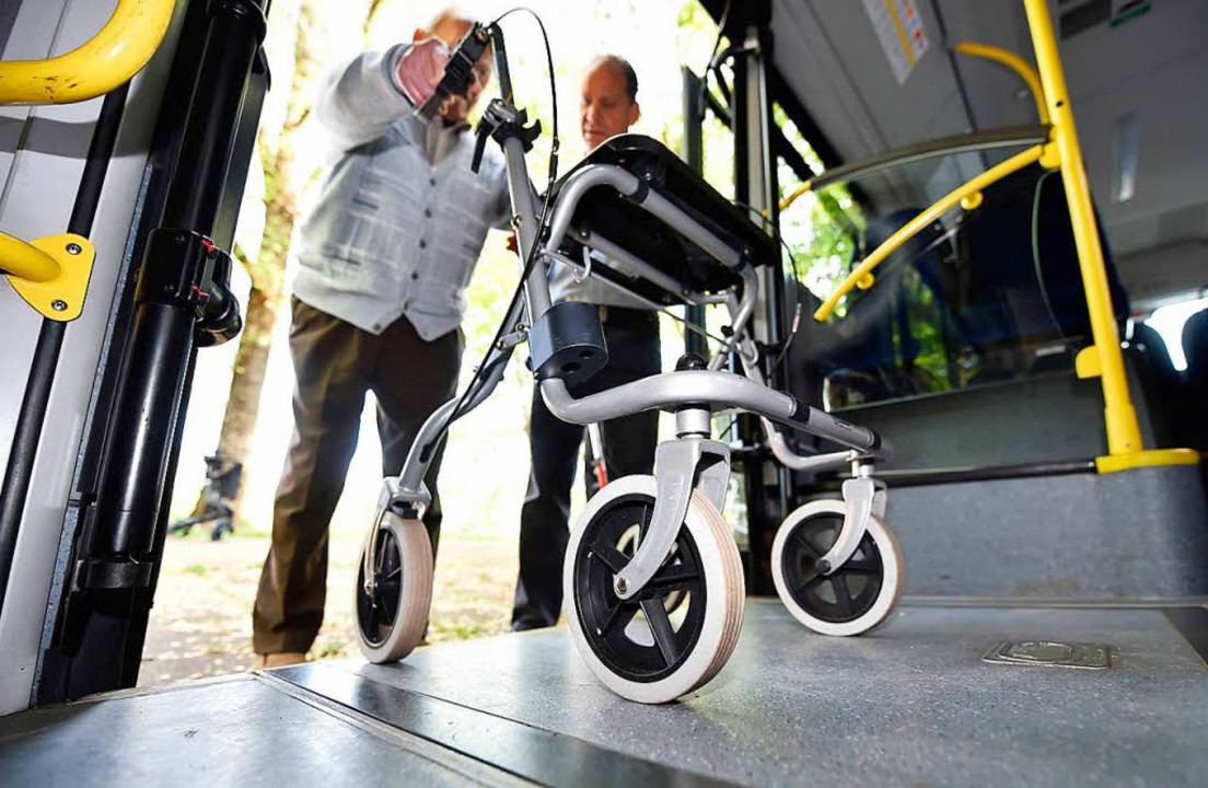 Damit Rollatoren, Kinderwagen und Roll... den Bussen keine Fahrräder mitnehmen.  | Foto: Uli Deck/dpa