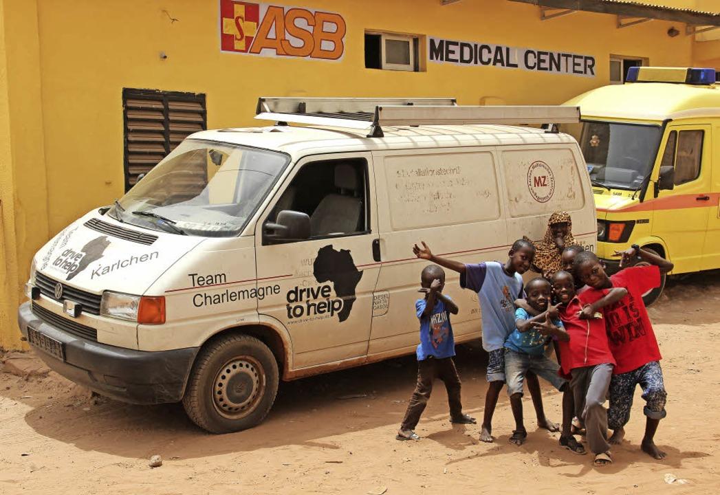 Kinder in Gambia posieren vor einem de...r dem ASB-Krankenhaus angekommen ist.   | Foto: Julian Ganter