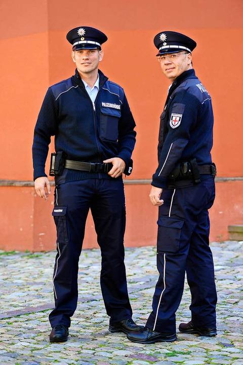 VD-Leiter Ramon Oswald (links) und Mit...pach präsentieren die neuen Uniformen.  | Foto: Ingo Schneider