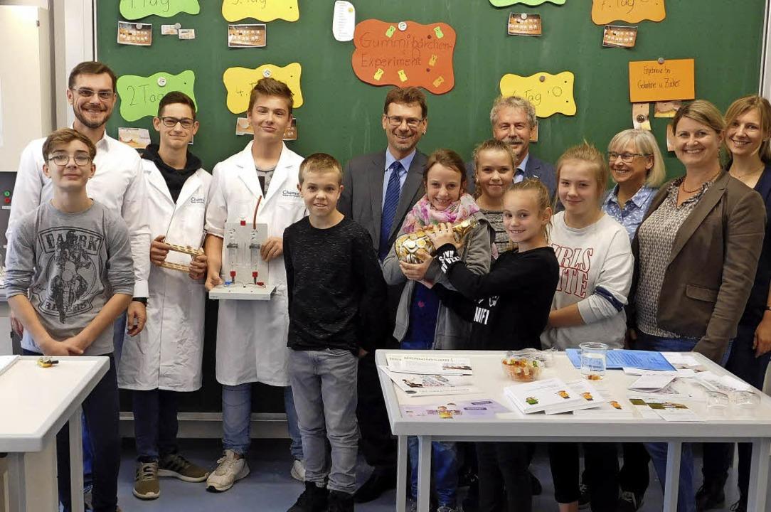 Die Hugo-Höfler-Realschule in Breisach...nen Experimentierstunde im Chemiesaal.    Foto: HAns-Jochen Voigt