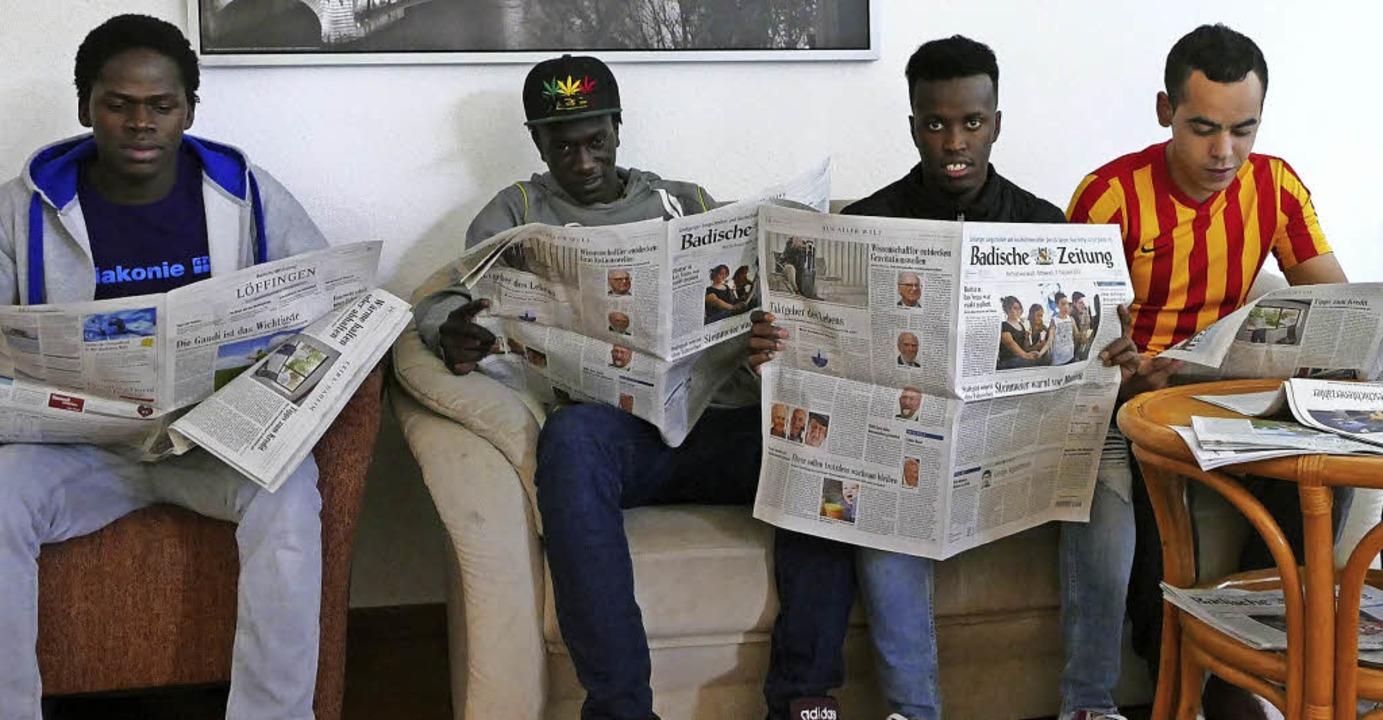 Studieren den Wohnungsmarkt in der Bad...Mohamad Zntan und Mohamad Abdirahman.     Foto: Tanja Bury
