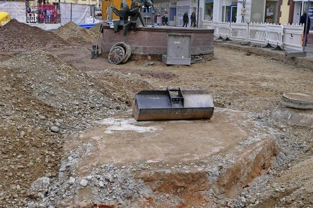 Bauarbeiten legen älteres Brunnenfundament frei