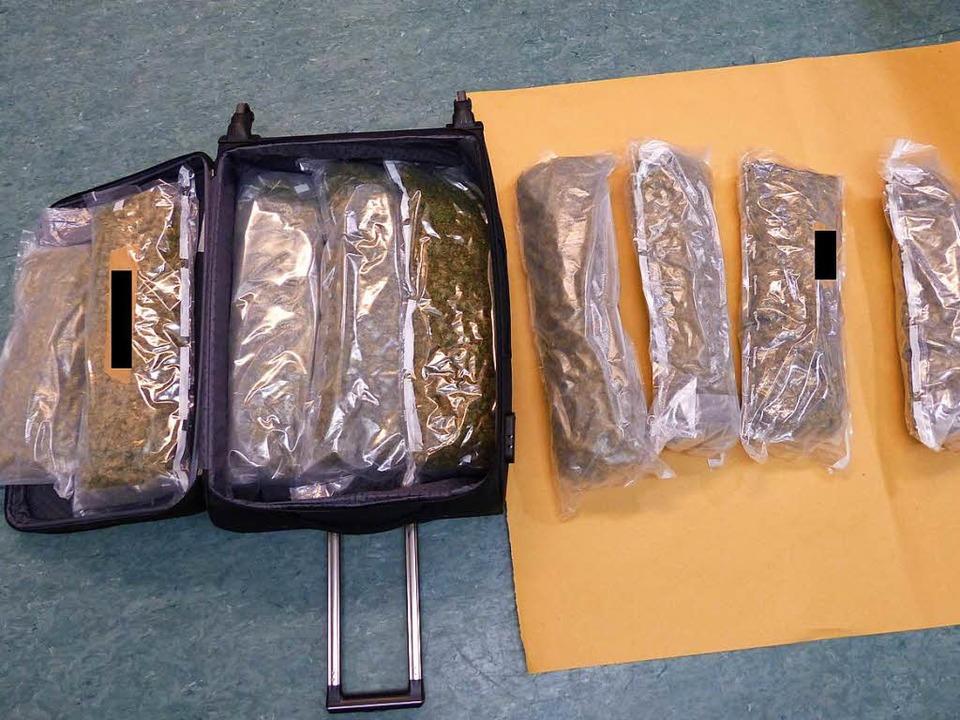 14 ein Kilo schwere Päckchen Marihuana hat die Polizei entdeckt.  | Foto: Polizei