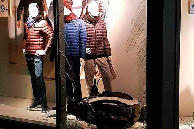 Jugendliche fahren mit Roller durch Schaufenster von Bekleidungsgeschäft