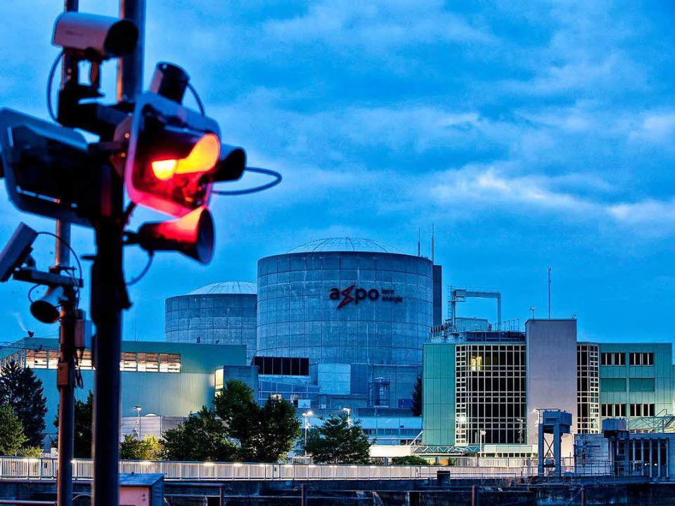 Steht derzeit mal wieder im Rampenlicht: Das Atomkraftwerk Beznau  | Foto: dpa