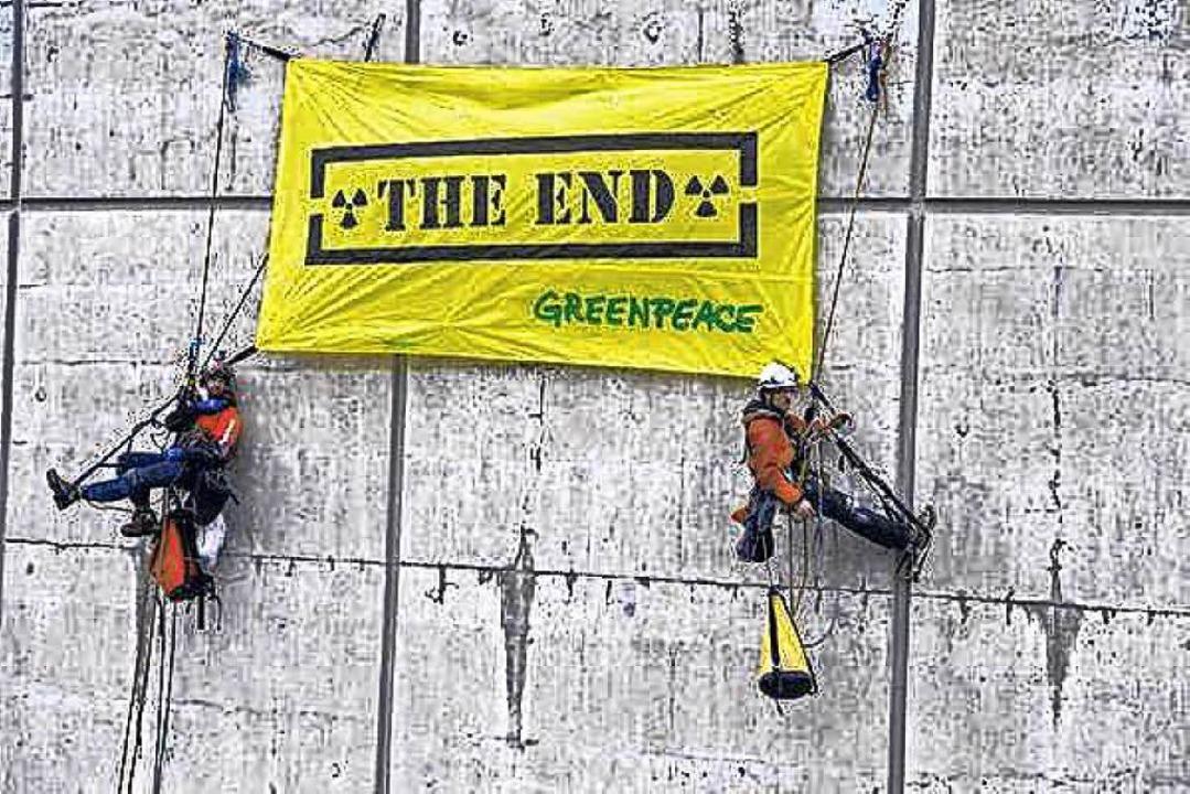 Greenpeace fordert schon lang die Absc...isten den Kühlturm des Kernkraftwerks.  | Foto: Christian Schmutz