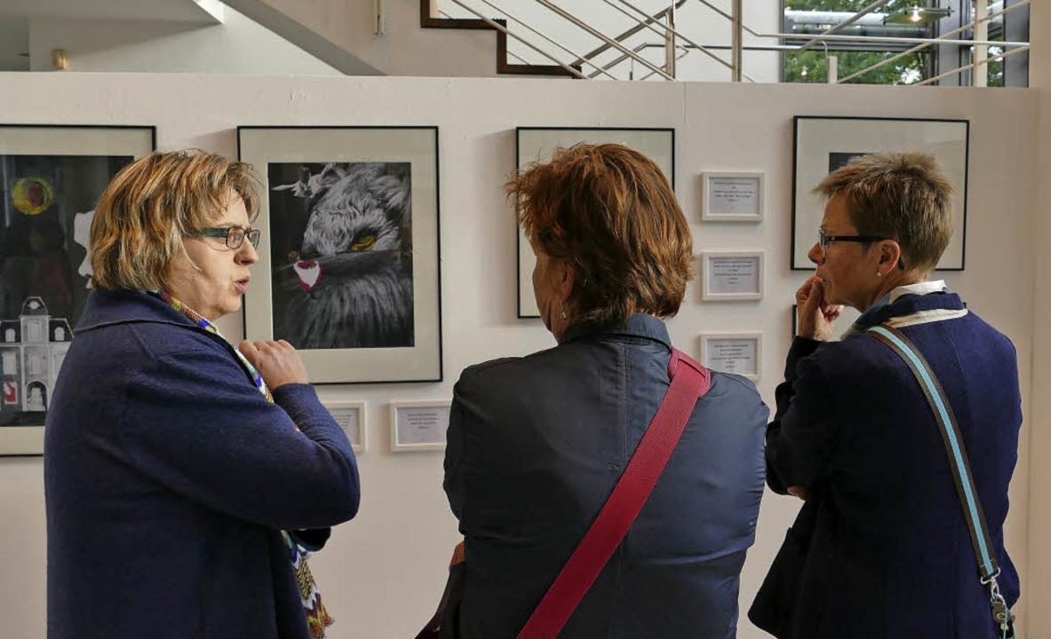 Besucherinnen bei der Vernissage der Wanderausstellung im Rathausfoyer   | Foto: Laura Winter