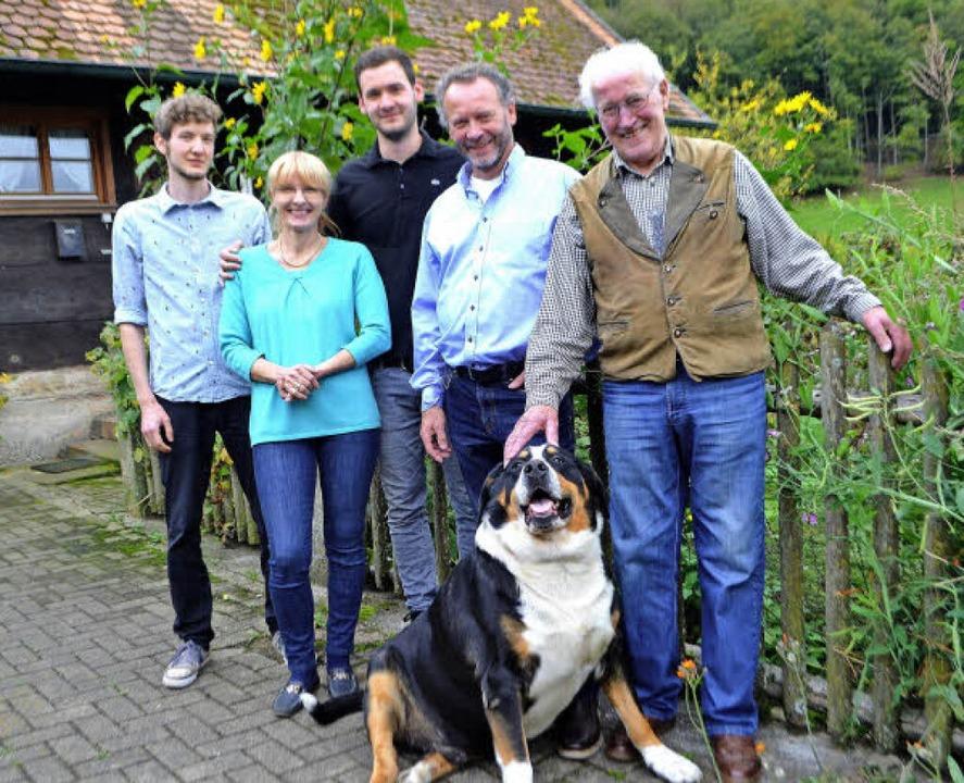 Die Familie Himmelsbach: (von links): ...nd Josef Himmelsbach mit Hofhund Max.   | Foto: Beate Zehnle-Lehmann