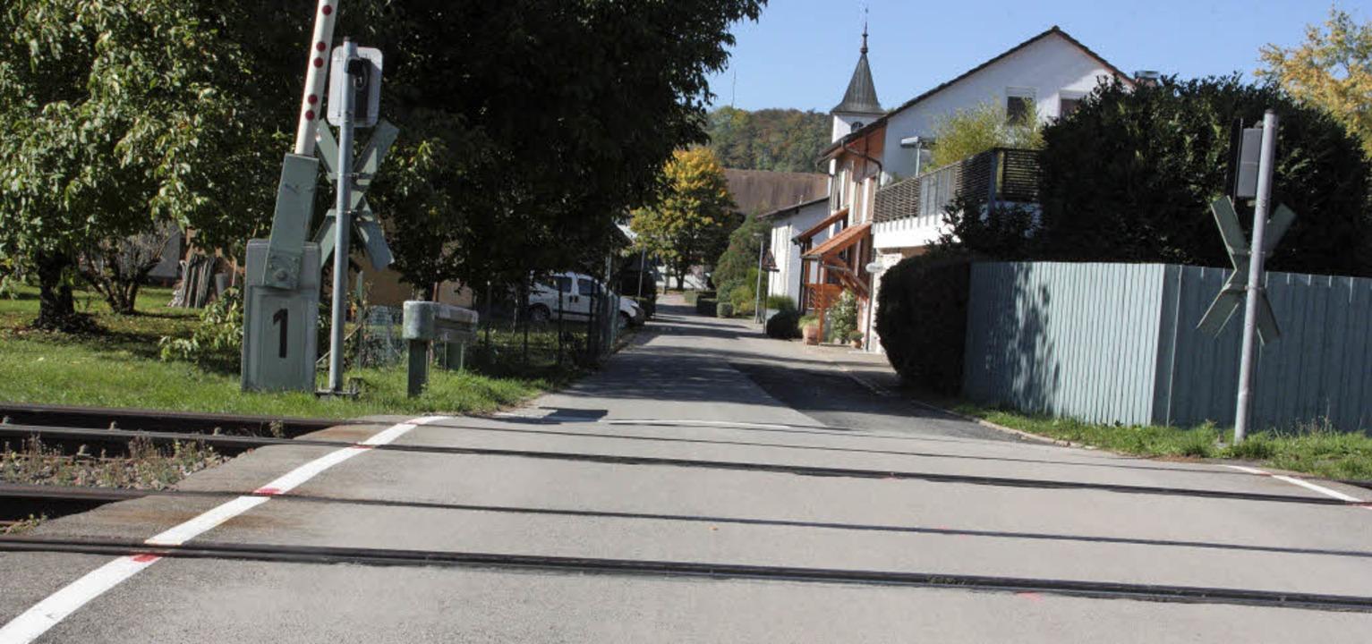 Der Bahnübergang bei der Flößerhalle k...eplanten Bahnhalt in Wallbach werden.   | Foto: Jörn Kerckhoff