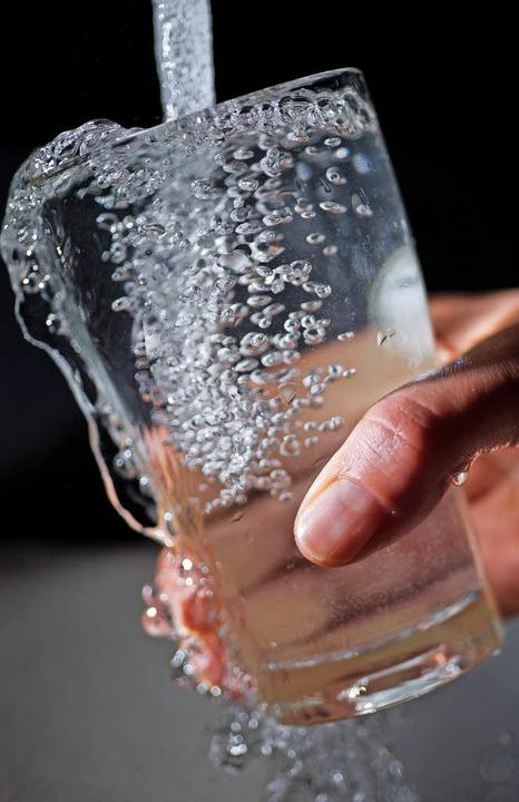 Was kostet die Gemeinde das Trinkwasse... es in der Sitzung im November gehen.   | Foto: DPA