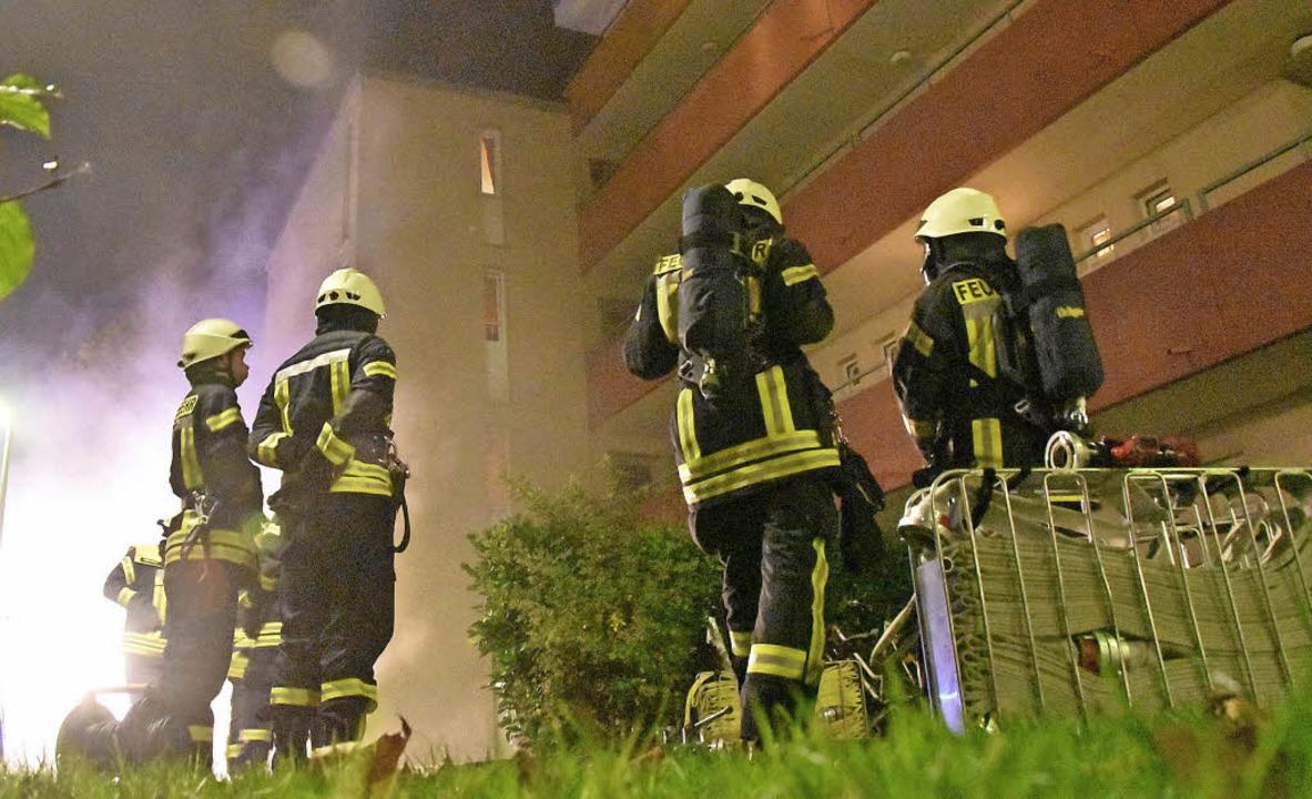 Mit Atemschutzmasken löschten die Feue...n Kellerbrand in der Schwabenstraße 6.  | Foto: Max Schuler