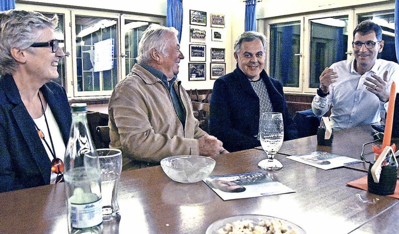 Drei Zuhörer kamen zu Lars Brügners Wa...nwesenden seine Politik zu erklären.    | Foto: Max Schuler