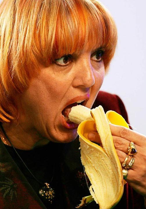 Isst gern  Bananen: die Grünen-Politikerin  Claudia Roth.  | Foto: Oliver Berg