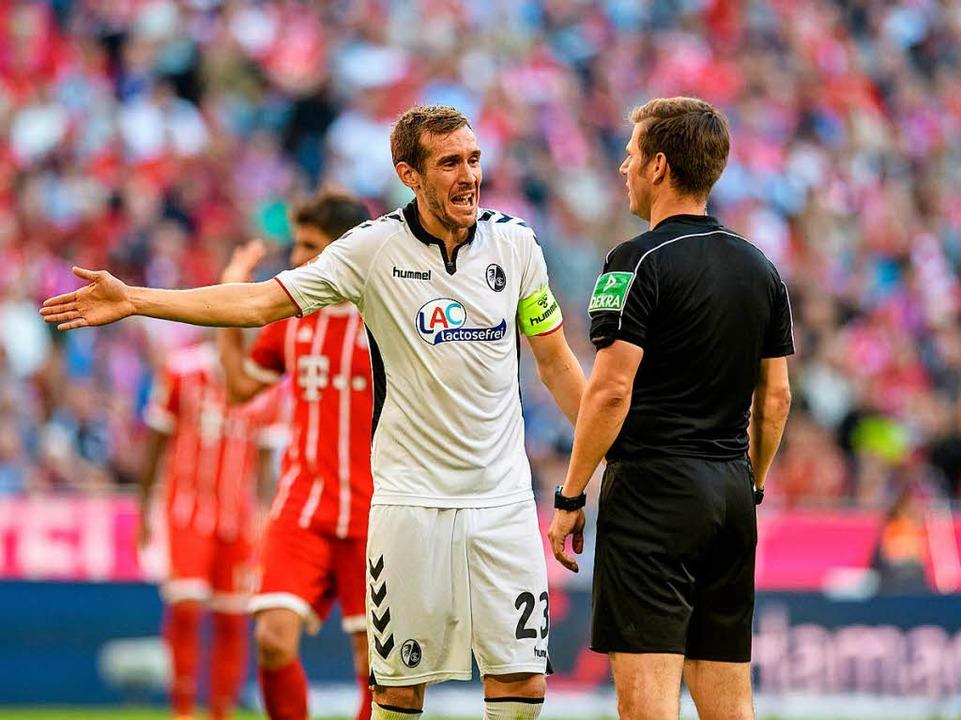 Julian Schuster ist mit dem Schiedsrichter nicht einverstanden.  | Foto: dpa