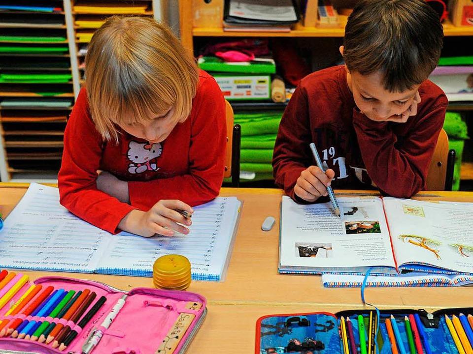Diese beiden  Grundschüler bereiten sich auf eine Prüfung vor.  | Foto: dpa