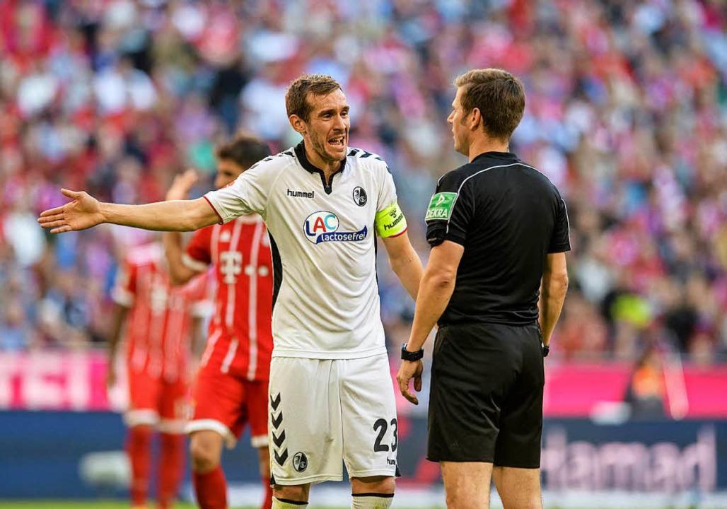 Traf gegen den FC Bayern das Tor. Aber...as eigene: SC-Kapitän Julian Schuster.  | Foto: dpa