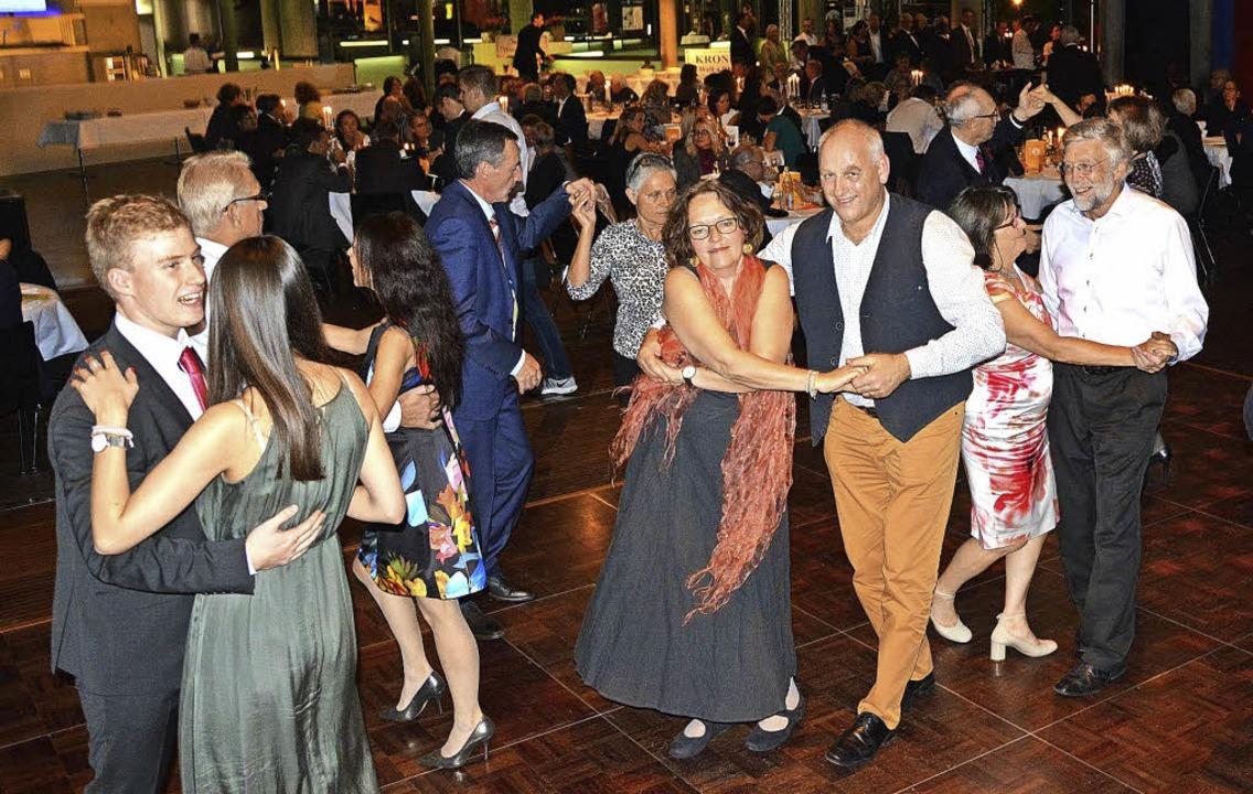 Tanzen und  gut essen sind feste Besta...fizgala der Bürgerstiftung im Burghof.  | Foto: Barbara Ruda