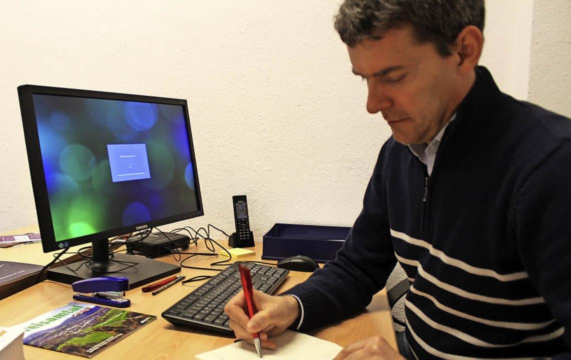 Sozialarbeiter Joachim Laux ist für ge...n seinem Büro in Stegen zu erreichen.   | Foto: Erich Krieger