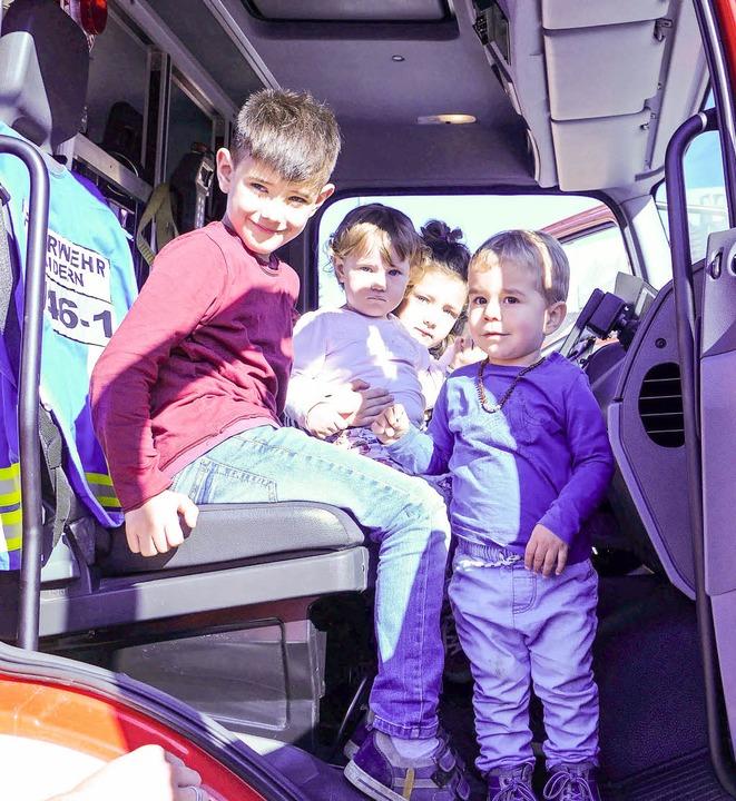 Lukas, Anni und Hanna aus Holzen und Y...reinsätze mit Modellfahrzeugen  nach.   | Foto: Victoria Langelott