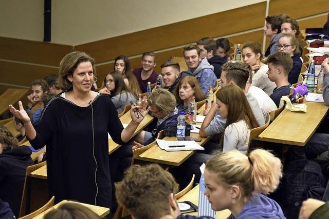 Schüler lernen im Centrum für Chronische Immundefizienz über das Immunsystem