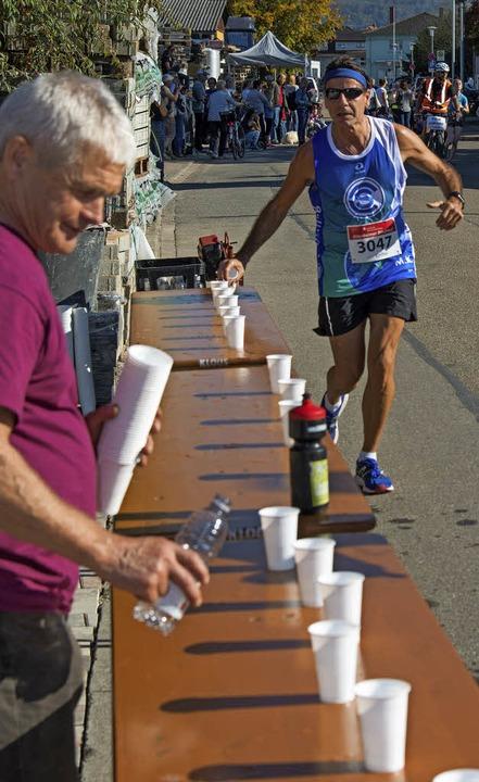 Wichtiger Flüssigkeitsnachschub für die Läufer bei sommerlichen Temperaturen.  | Foto: Olaf Michel
