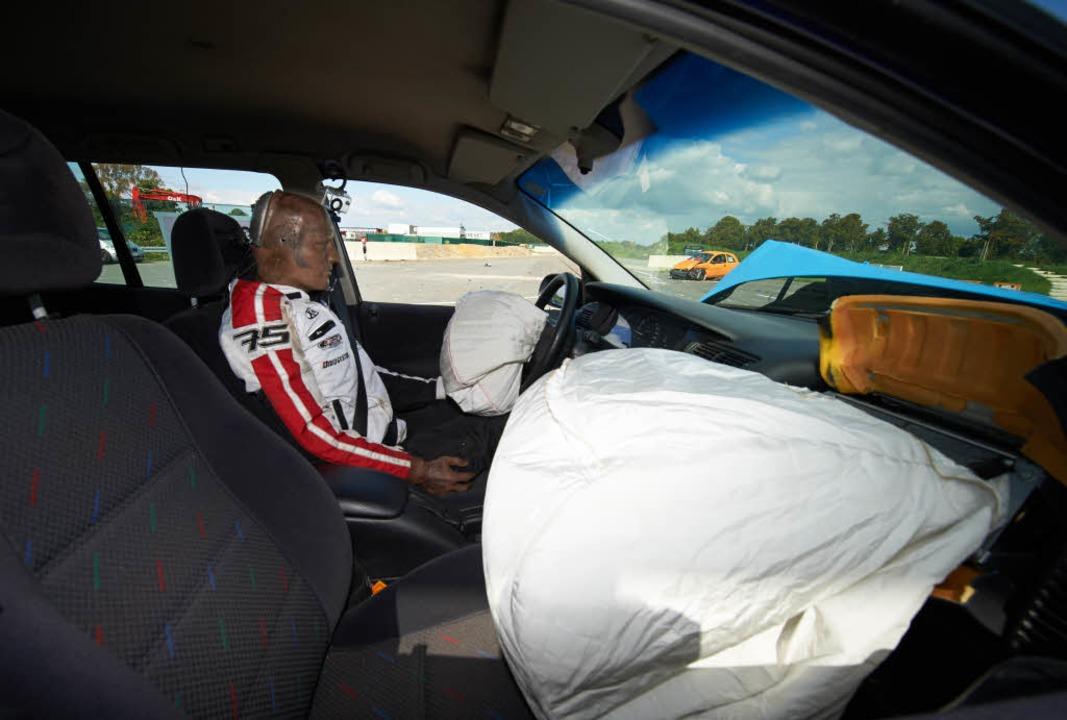 Ein Airbag kann Leben retten. Das tech...oto zeigt einen Crashtest in Münster.   | Foto:  dpa