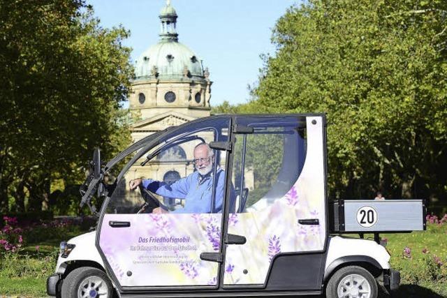 Neues Elektromobil für die Fahrt zu den Gräbern auf dem Hauptfriedhof