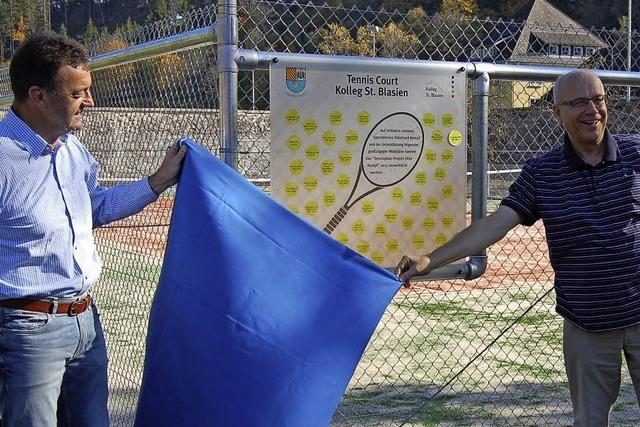 Kolleg eröffnet neuen Tennisplatz
