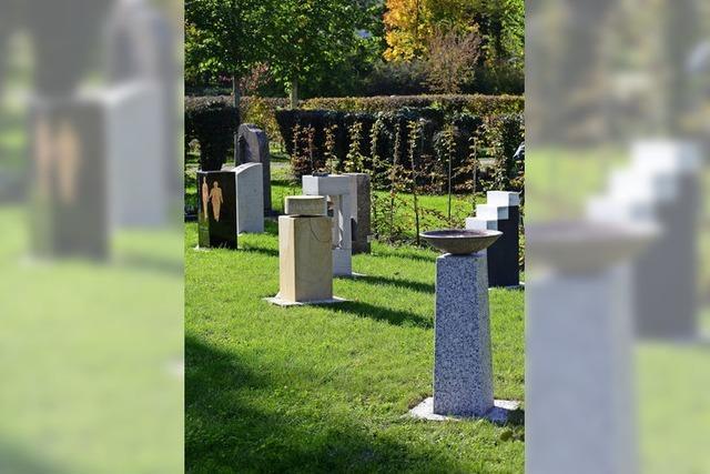 Auf dem Hauptfriedhof gibt es jetzt ein Urnenstelenfeld