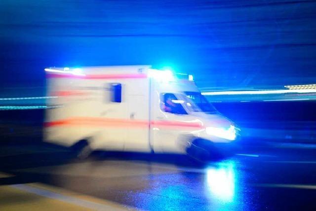 Sattelzug kippt auf der A5 bei Offenburg um: Fahrer schwer verletzt