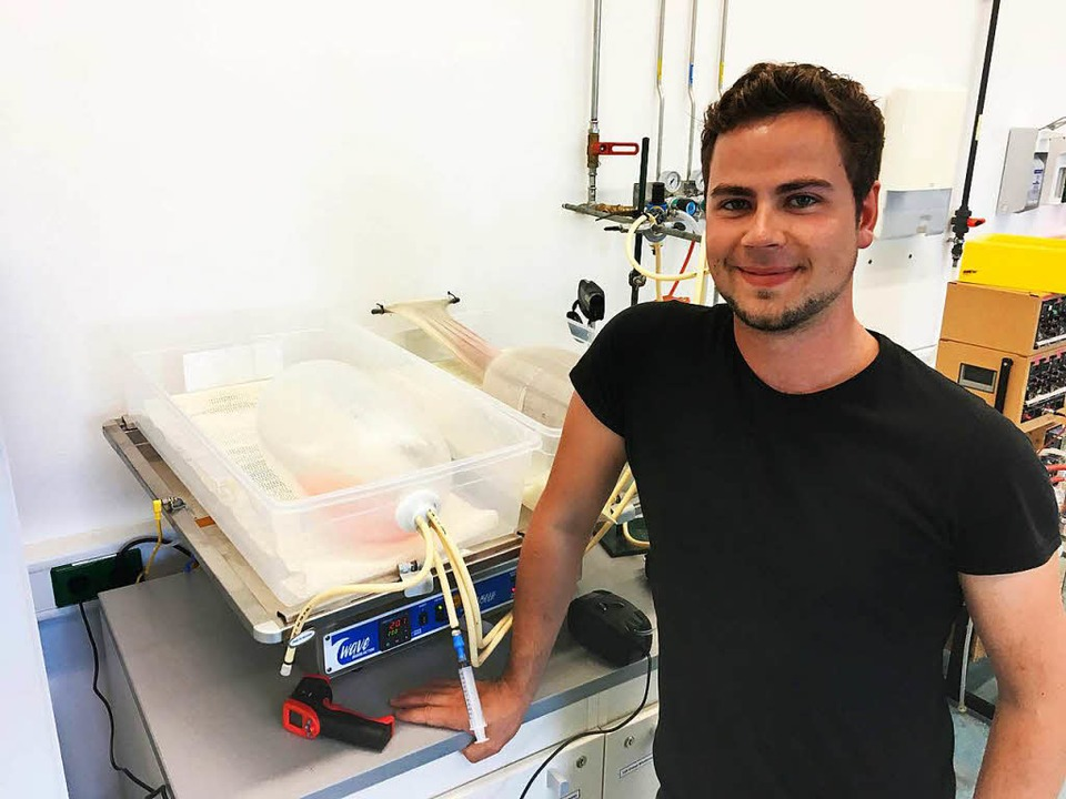Valentin Kramer von Aucteq mit einem seiner Bioreaktoren  | Foto: CyberOne