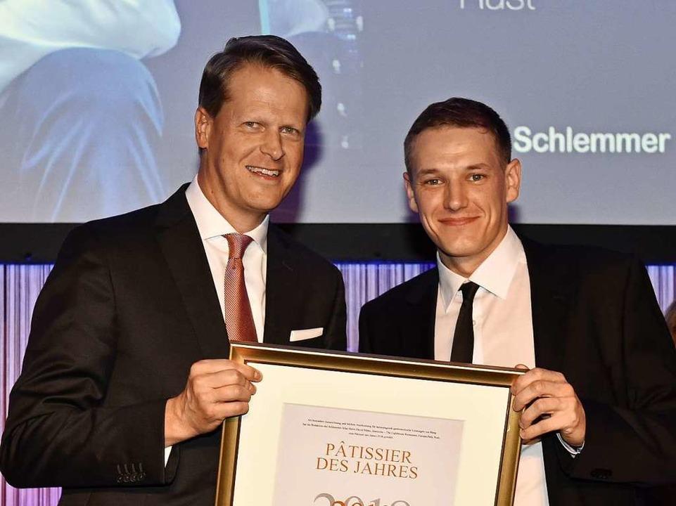 Johannes Großpietsch, Geschäftsführer ... Urkunde zum Pâtissier des Jahres 2018  | Foto: Europa-Park