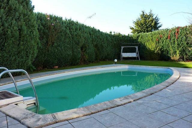 Unbekannter wirft Fäkalien über hohe Hecke in Pool