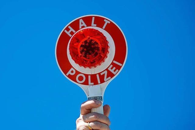 Autofahrer schneidet Lieferwagen gleich zweimal – Polizei sucht Zeugen
