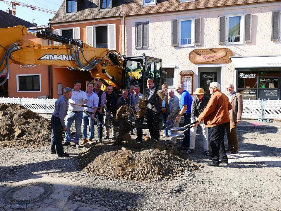 Die Bauarbeiten für die Umgestaltung d...irmenvertretern symbolisch zum Spaten.    Foto: Gerold Zink