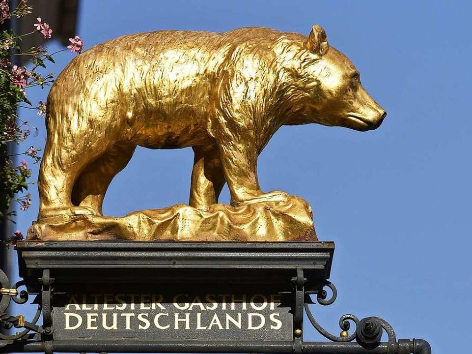 Am Eingang des Hotels Roten Bären wacht ein goldener Bär.    Foto: Thomas Kunz
