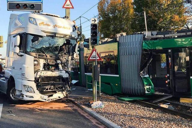 Tram kollidiert mit Lastwagen – 37 Verletzte in Muttenz