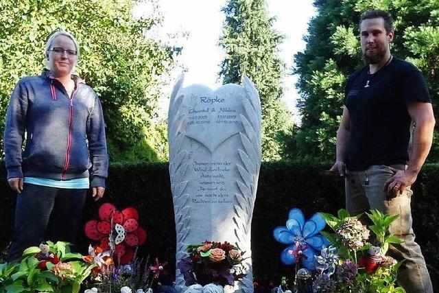 Ein Steinmetz aus Steinen hat einen Grabstein für zwei kleine Engel gestaltet