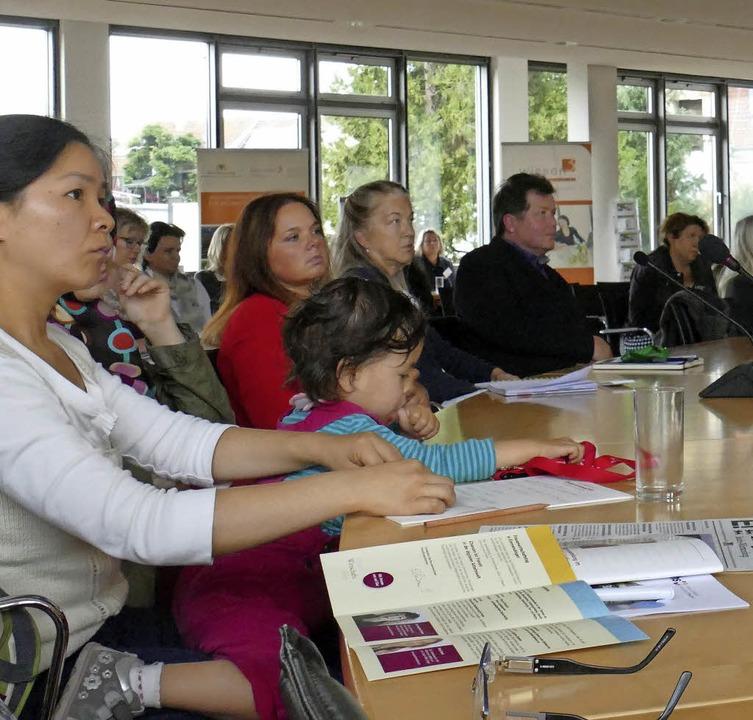 Besucherinnen verfolgen die Vorträge.    Foto: Anika Maldacker