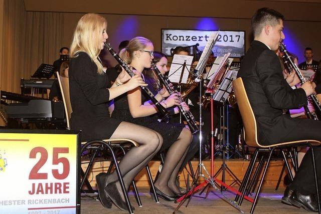 Junge Musiker pflegen Kontakte am Notenpult