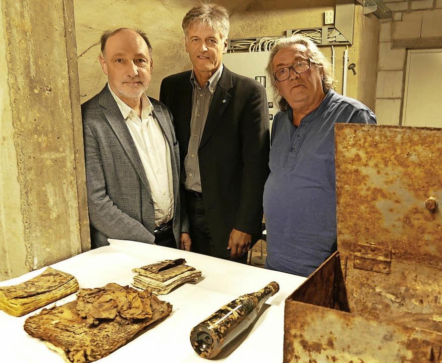 Lörrachs Museumsleiter Markus Moehring...en Gegenständen  aus dem Denkmaltrog.     Foto: Ehrentreich