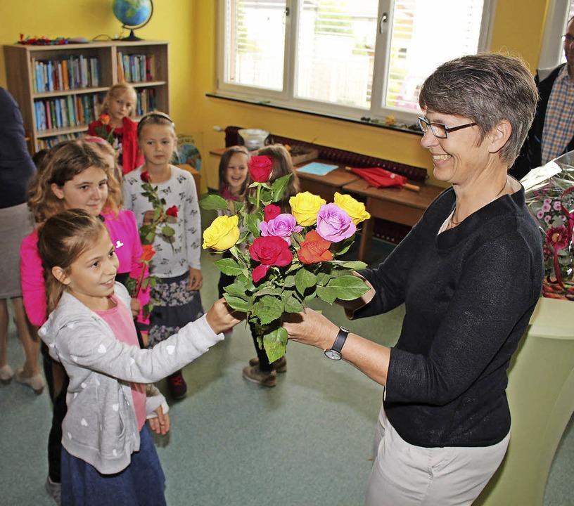 Die vielen Begrüßungs-Rosen wuchsen sc...m Strauß für Heike Grotjans (rechts).     Foto: Anja Bertsch