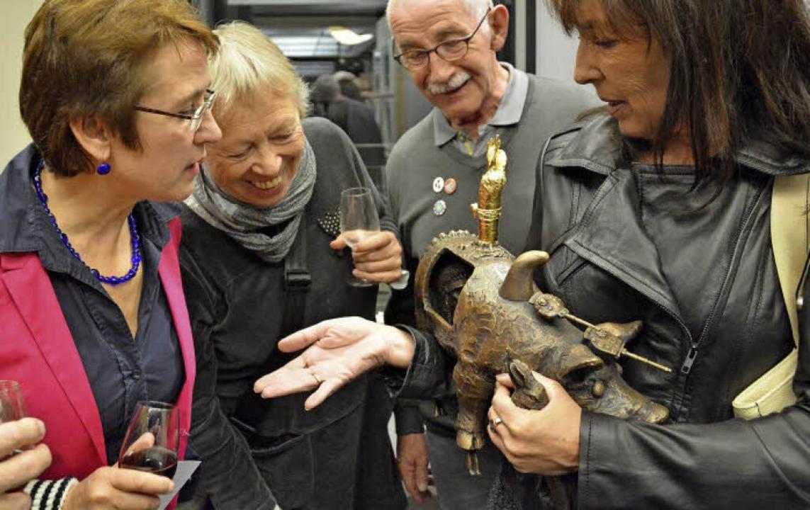 Reichlich Gesprächsstoff bieten die Kunstwerke aus  der BZ-Kunsta(u)ktion.   | Foto: Barbara Ruda
