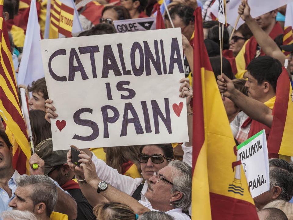 Demonstranten nehmen am in Barcelona  ...gegen Kataloniens Unabhängigkeit teil.  | Foto: dpa