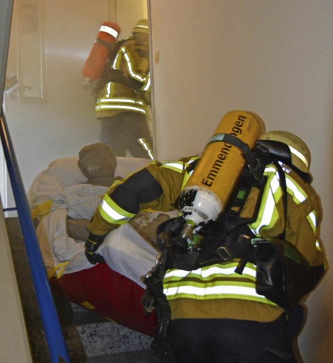 Ein enges Treppenhaus und  dichter Rau...in Dummy auf der Evakuierungsmatratze.  | Foto: Benedikt Sommer